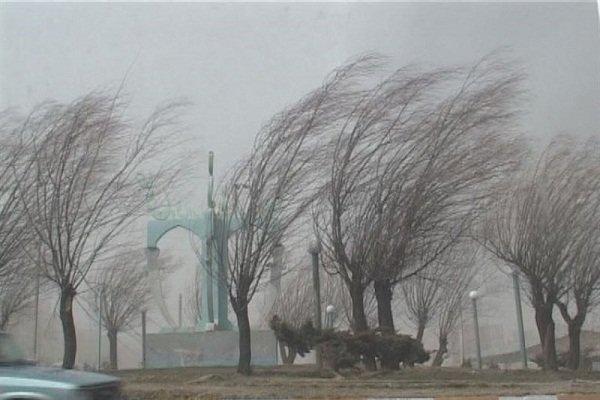 افزایش سرعت باد و وقوع گرد و خاک در مرکزی، دید افقی کاهش می یابد