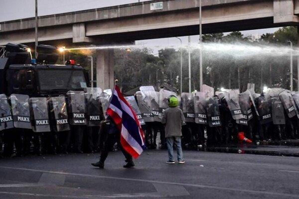 تصاویر پادشاه تایلند توسط معترضین به آتش کشیده شد